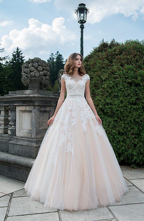 Svadobné šaty s čipkovými rukávmi Wedding Gallery svadobný salón Bratislava