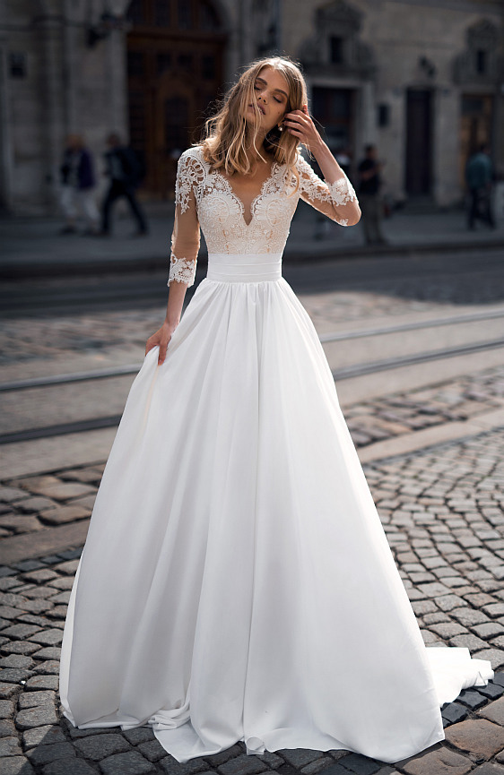 Svadobné šaty s čipkovými rukávmi a padavou sukňou