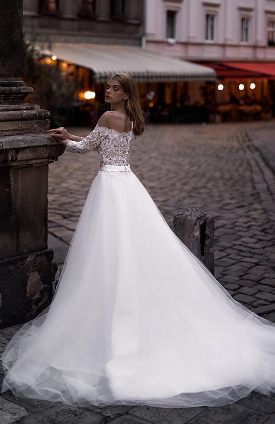 Svadobné šaty s čipkovými rukávmi a lodičkovým výstrihom