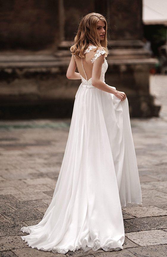 Svadobné šaty jednoduché s hladkou padavou sukňou