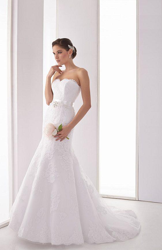 Svadobné šaty s čipkovaným bolerkom Wedding Gallery svadobný salón Bratislava
