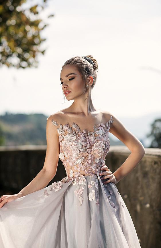 Svadobné šaty čipkované sú ako stvorené pre modernú princeznú a nájdete ich práve teraz v našom salóne.