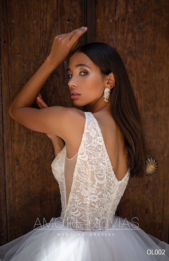 Svadobné šaty s bohatou tylovou sukňou sú ako stvorené pre nevestu, ktorá túži svoj svadobný deň stráviť ako princezná.