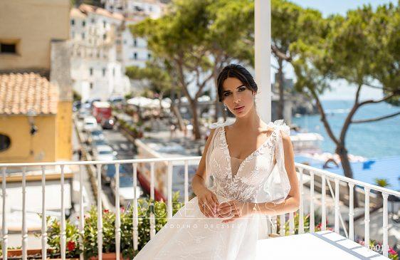 Hľadáte výnimočné svadobné šaty? V našej novej kolekcii také určite nájdete! Výbornou voľbou sú tieto čipkované svadobné šaty v áčkovom strihu, ktoré krásne zvýraznia postavu nevesty.